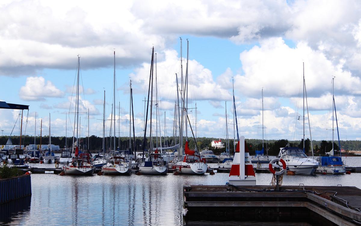 Båtar förtöjda i Ernemar gästhamn