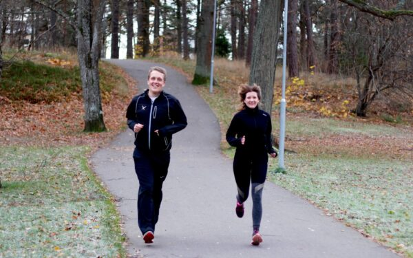 Två personer som springer