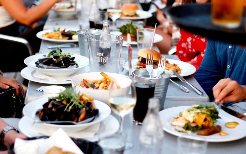 Sällskap som äter mat på Restaurang Badholmen.