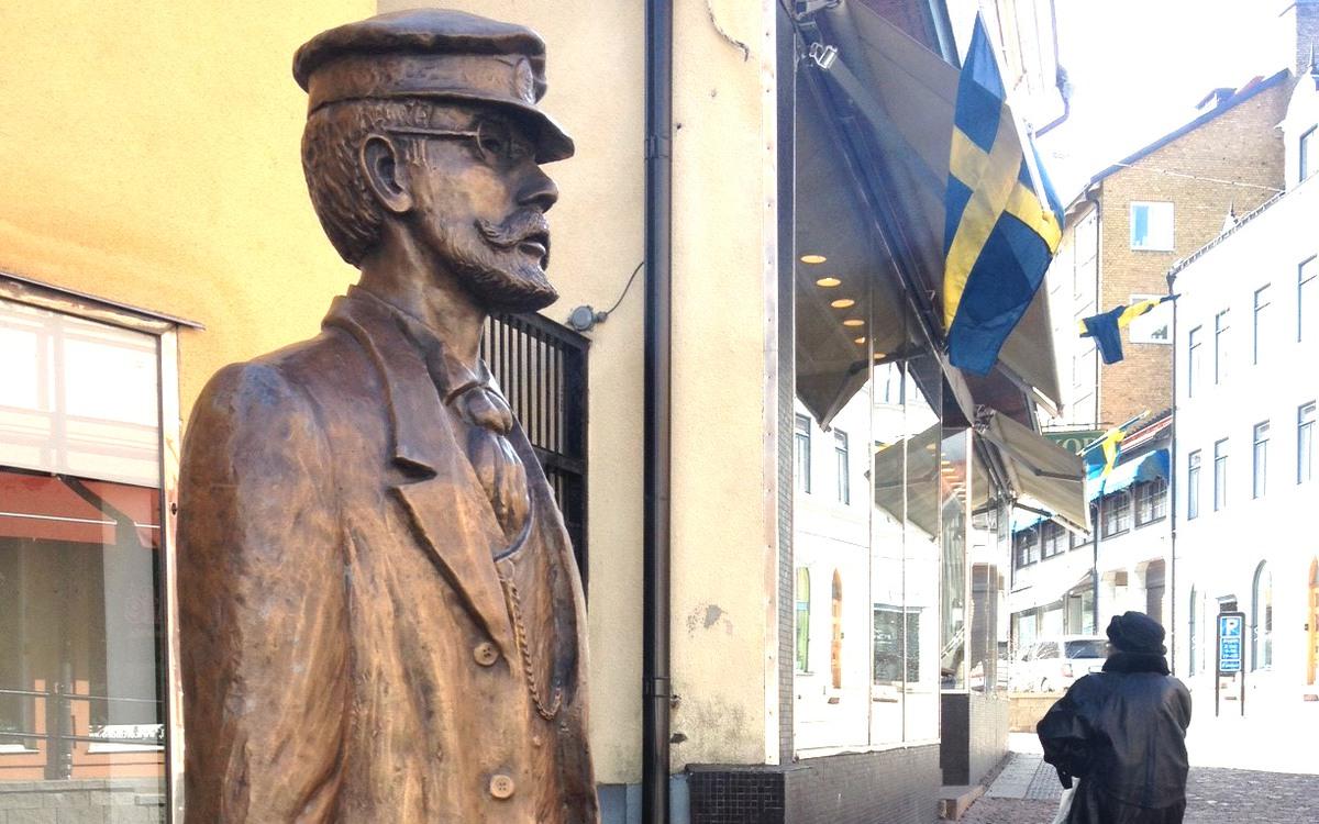 Statyn föreställande Axel Munthe i Oskarshamn