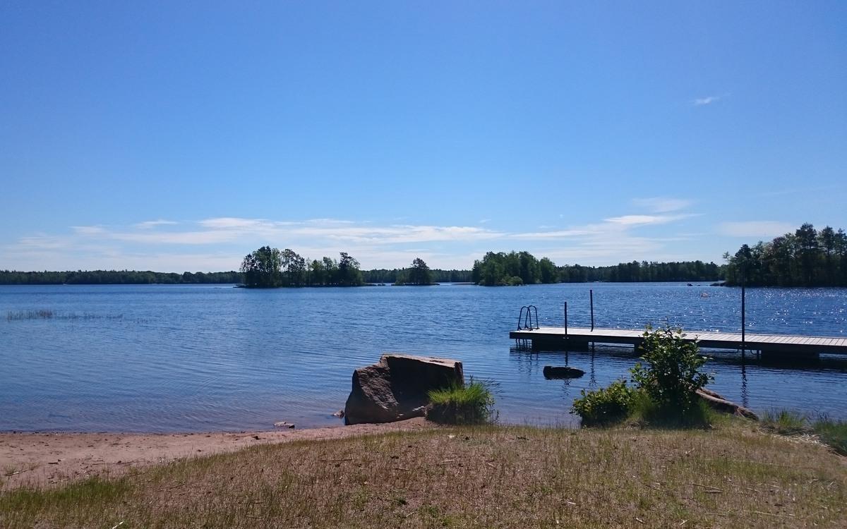 Badplatsen Råsvik vid meteoritsjön Hummeln