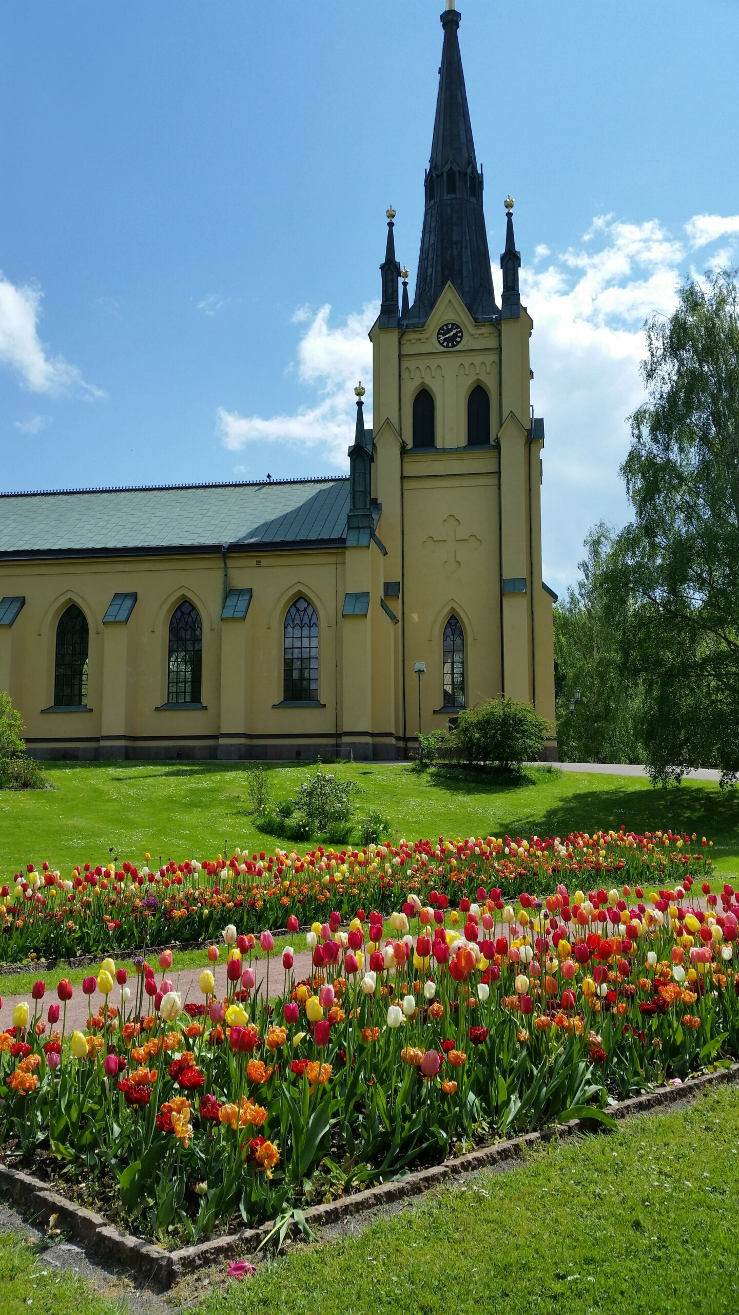 Vackra blommor framför kyrkan i Oskarshamn.