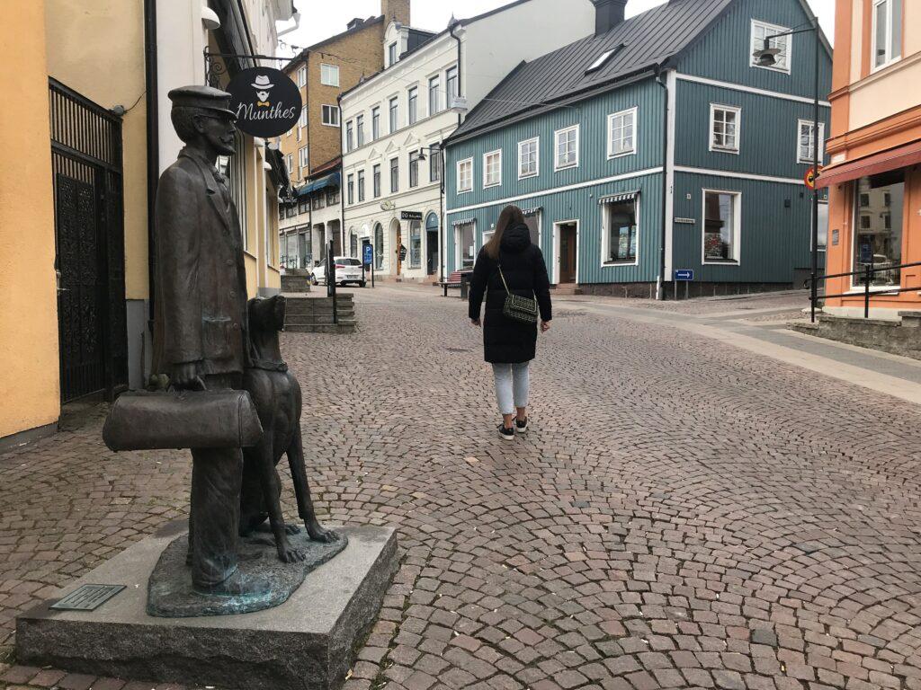 Statyn på Axel Munthe i Kråkerumsbacken.