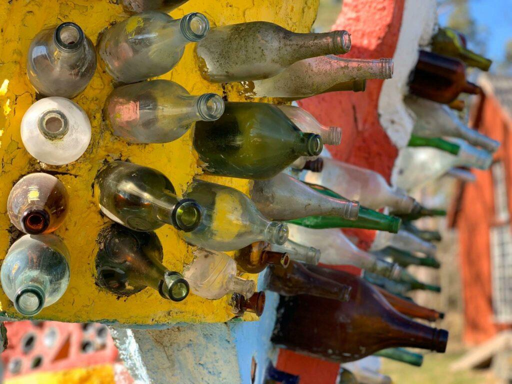 En skulptur med glasflaskor på Källströmsgården.