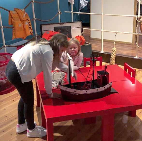 Barn som leker på Sjöfartsmuseet i Oskarshamn.