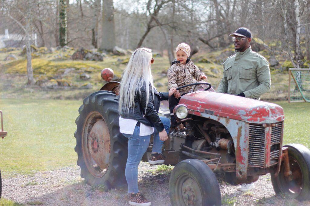 En familj leker på traktorn vid Fallebo gård