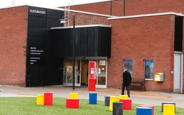 Entrén till Kulturhuset i Oskarshamn.