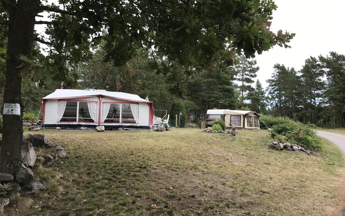 Husvagnar på Nötö Camping utanför Påskallavik