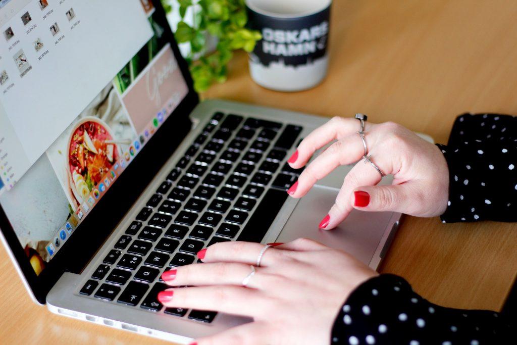 Händer på tangentbord